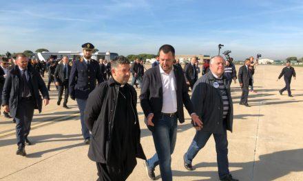 Salvini accoglie 51 migranti del Niger: «Porte spalancate a chi scappa da guerra, chiuse a chi la porta qui da noi»